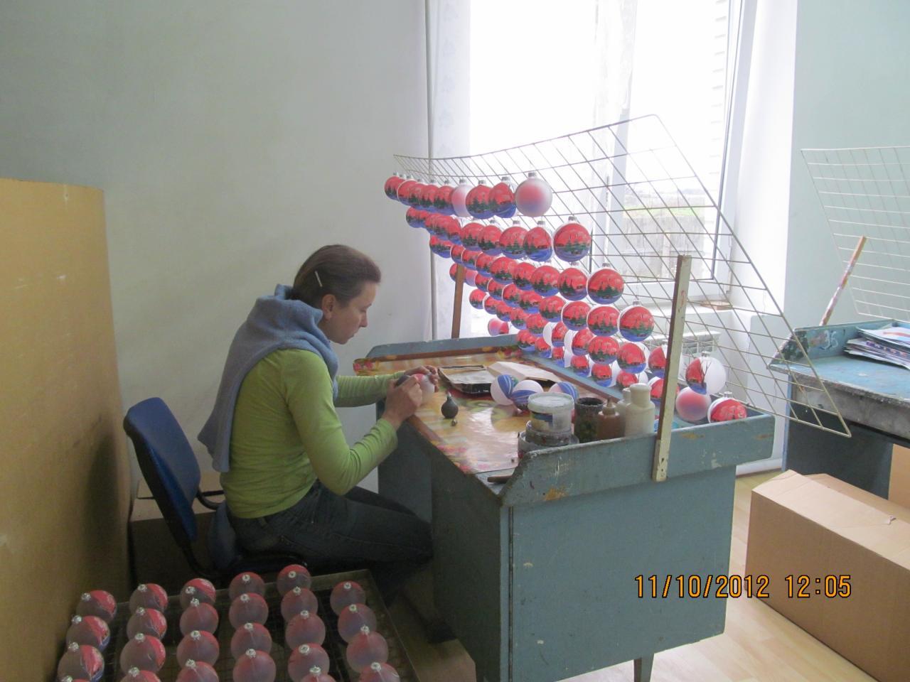 visite d 39 une fabrique artisanale de boules de no l en verre. Black Bedroom Furniture Sets. Home Design Ideas
